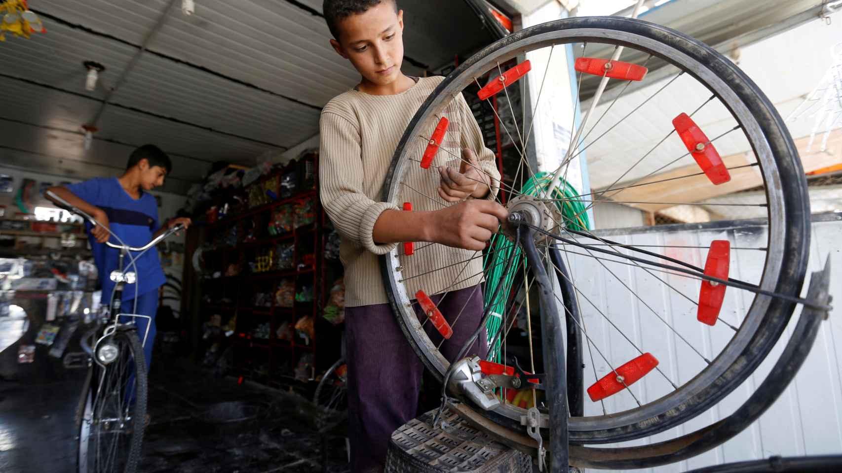 Un refugiado sirio trabaja en un campo de acogida jordano.