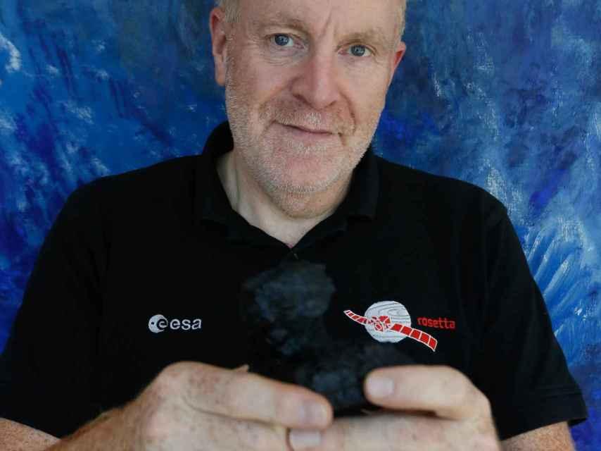 Mark McCaughrean, con una maqueta del cometa Chury en sus manos.