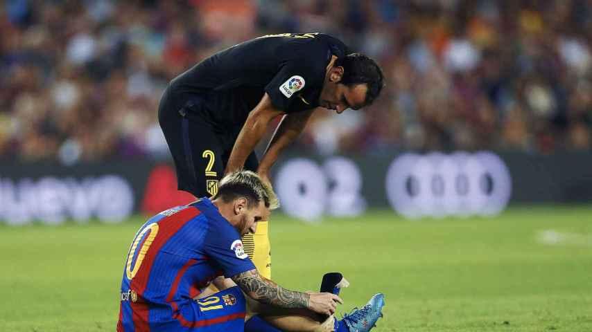 Godín se interesa por Leo Messi tras caer lesionado