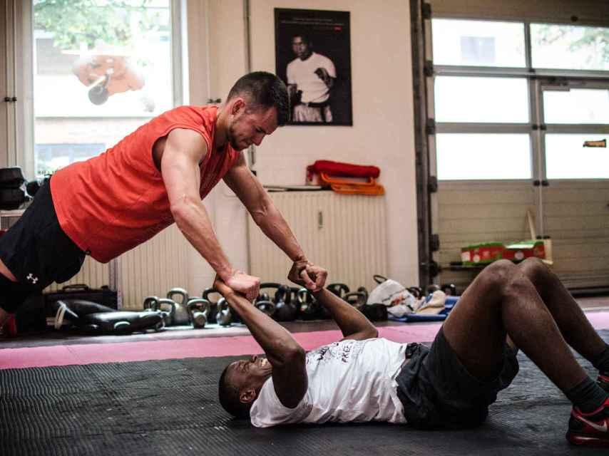 Práctica de CrossFit en un gimnasio.