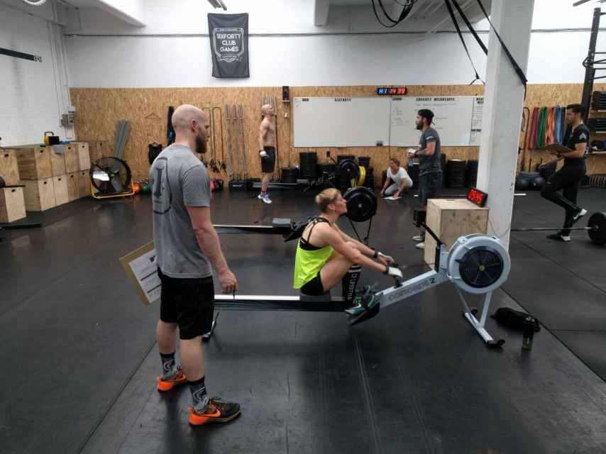 Entrenamiento de CrossFit en un gimnasio.