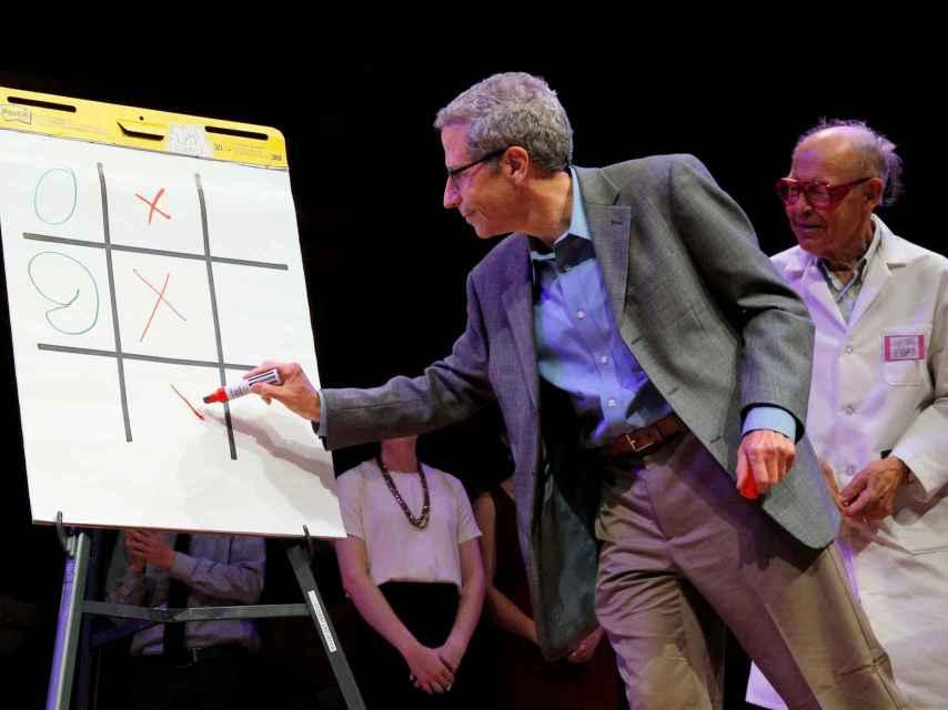 Los premios Nobel Eric Maskin y Dudley Herschbach, en la ceremonica de los IgNobel.