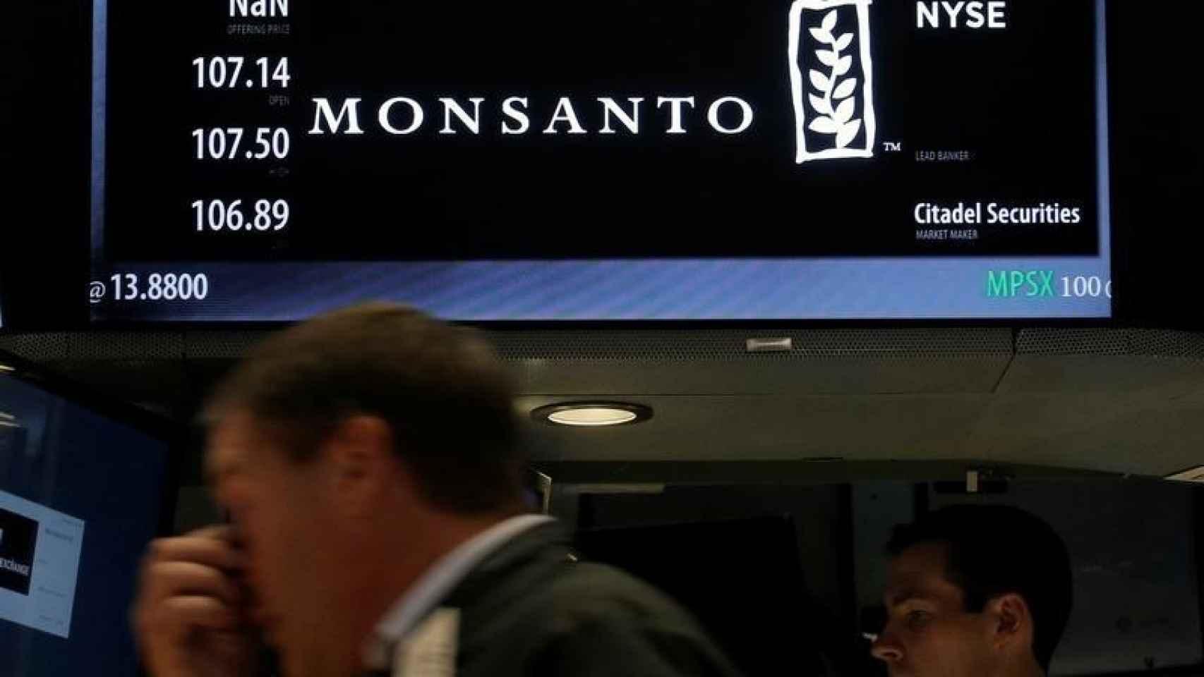 El logo de Monsanto en el New York Stock Exchange.