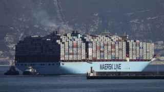 Un barco de Maersk a la salida del puerto de Algeciras.