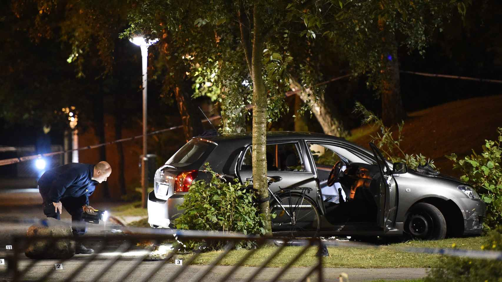 La policía inspecciona el vehículo tiroteado en Malmoe.