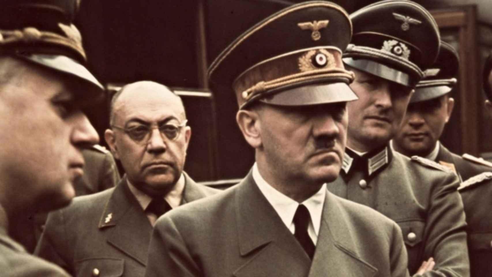 Theodore Moller, con gafas, justo detrás de Adolf Hitler.