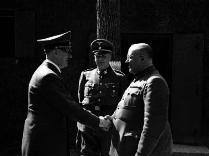 El Führer no se separaba jamás de su doctor.