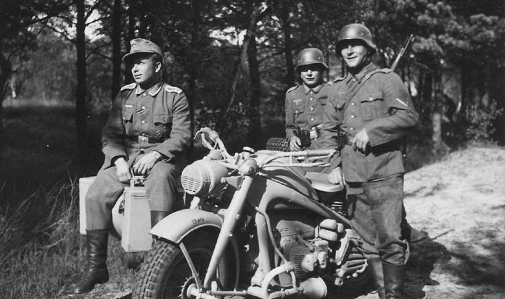 Soldados motoristas de la Wehrmacht.