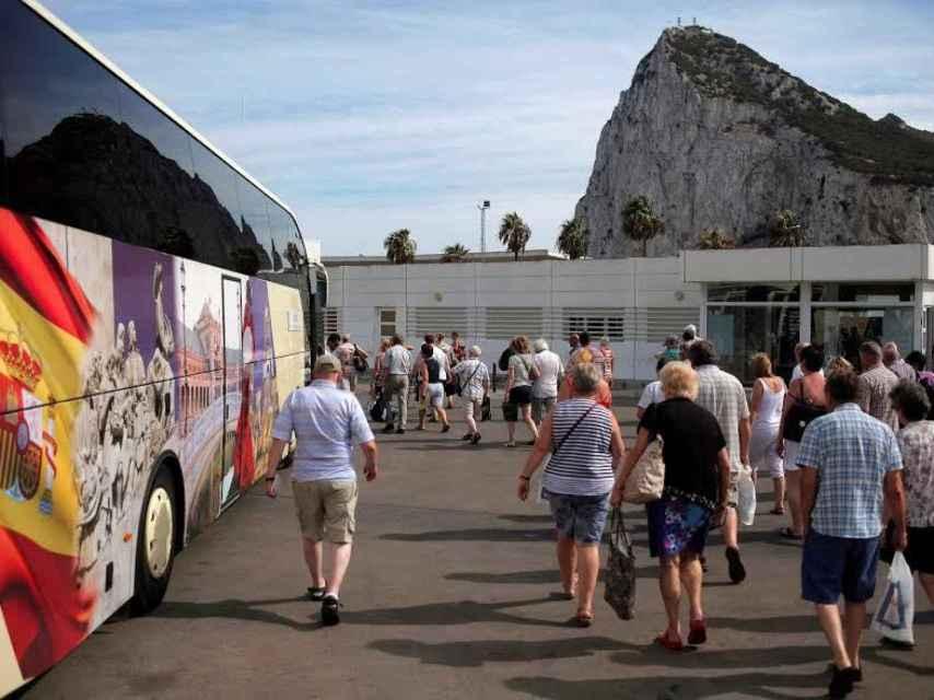 Turistas, en la frontera con Gibraltar.