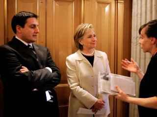 Clinton desecha responder a preguntas junto a su jefe de prensa, Philippe Reines, en 2009.