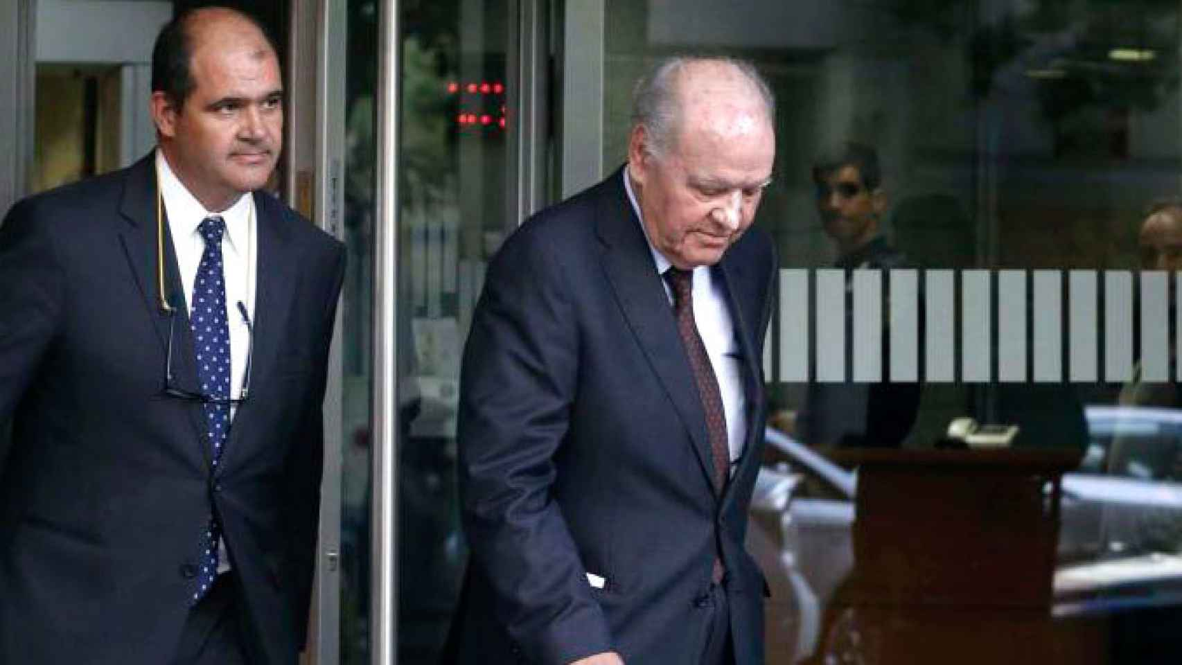 Carlos Sumarroca Claverol (i) junto a su padre Carlos Sumarroca Coixet a la salida de la Audiencia Nacional en 2014.