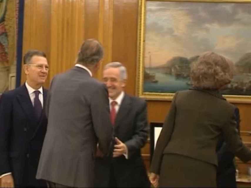 Íñigo Cotoner saluda al rey Juan Carlos, en una recepción oficial.