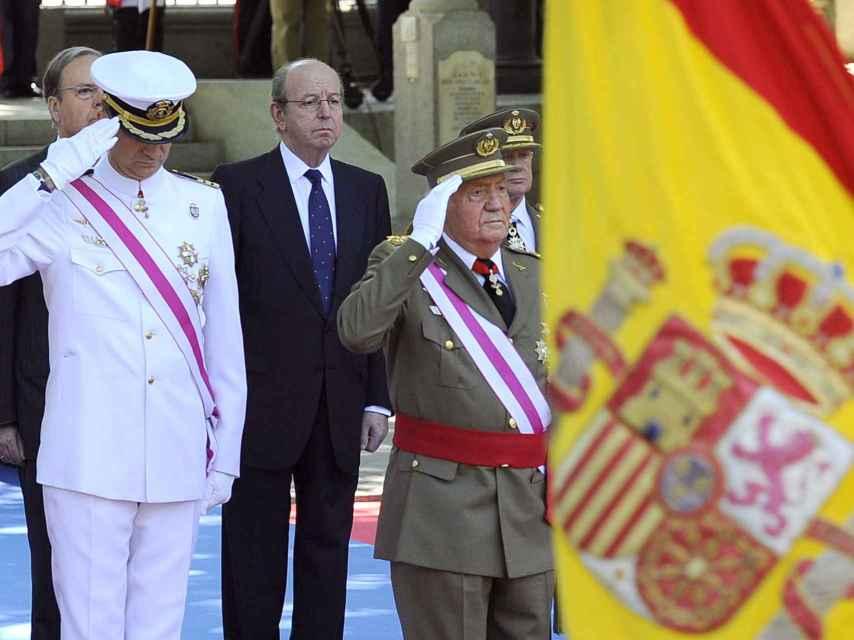 Rafael Spottorno, entre el rey Juan Carlos y su hijo, durante un acto oficial.