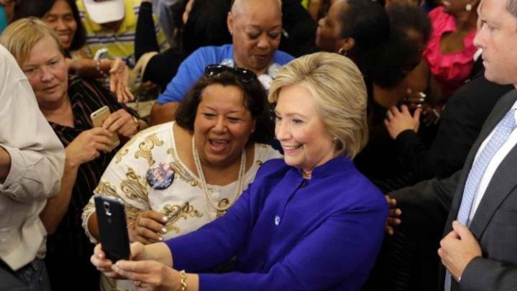 Hillary en plena campaña, se hace una foto junto al público.