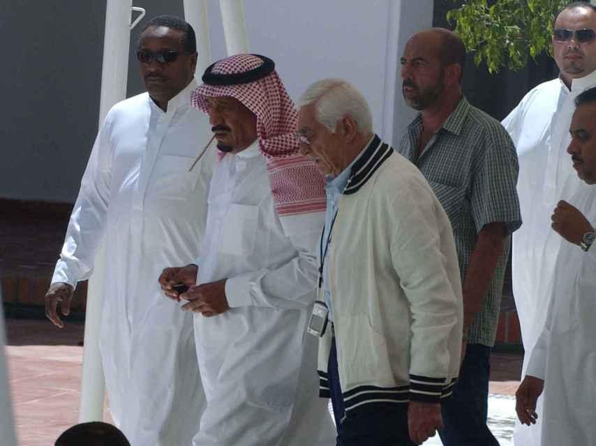 Kayali, con el pelo blanco, camina a la izquierda de Salman de Arabia Saudí por las calles de Marbella.