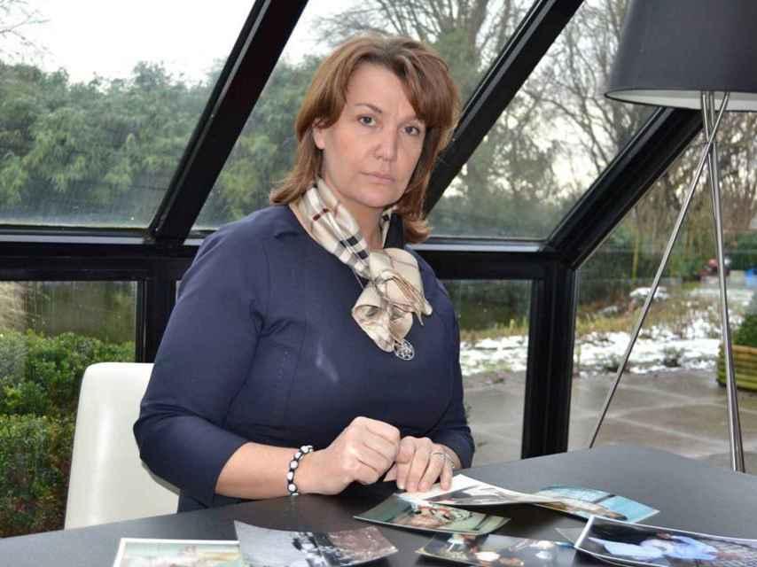 Ingrid Sartiau posa rodeada de fotografías de su familia.