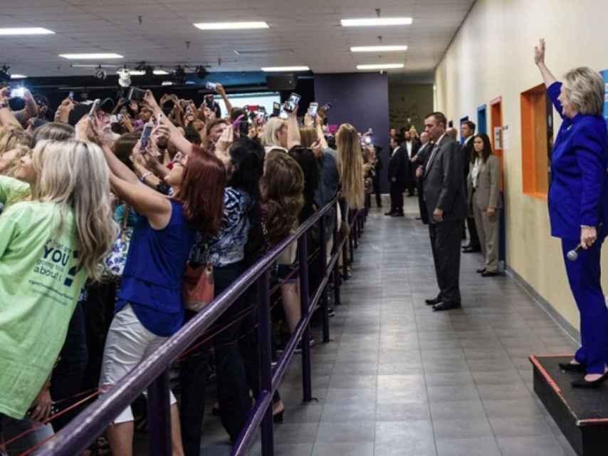 Hillary Clinton solicitó el famoso selfi colectivo, en Florida.