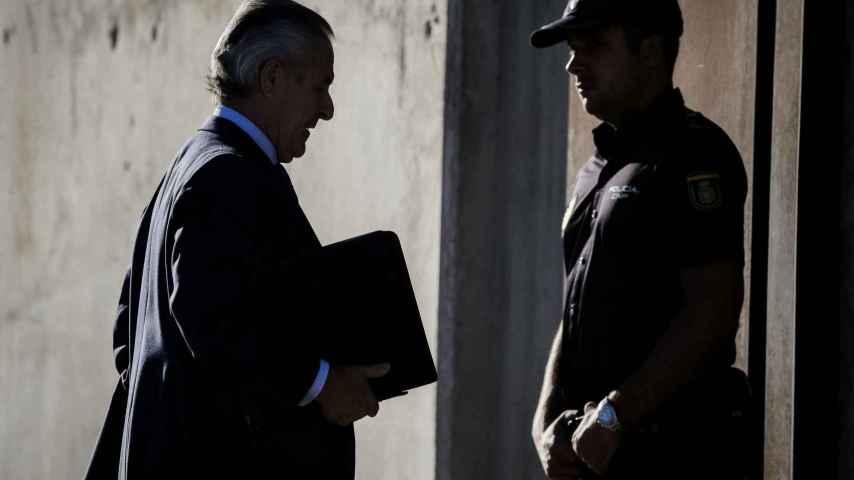El ex presidente de Caja Madrid, Miguel Blesa, a su entrada al juicio por las tarjetas opacas.