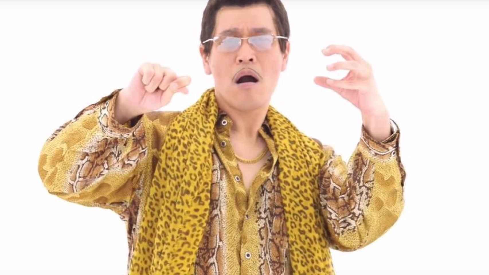 Piko Taro interpretando el tema Pen Pineapple Apple Pen.