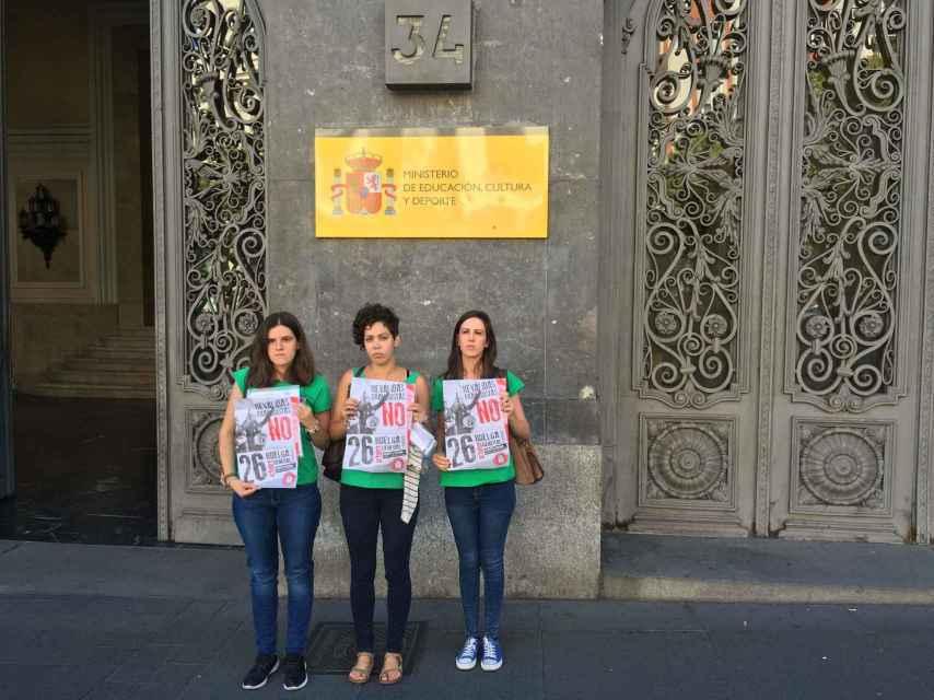 Las tres representantes del Sindicato de Estudiantes tras verse con Méndez de Vigo