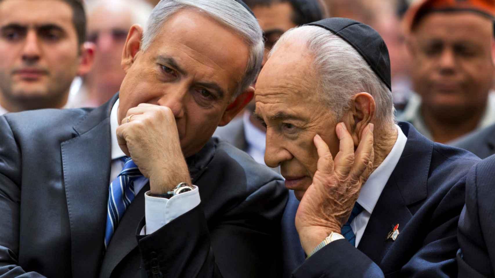 Simón Peres conversa con Netanyahu, en una imagen de 2013.