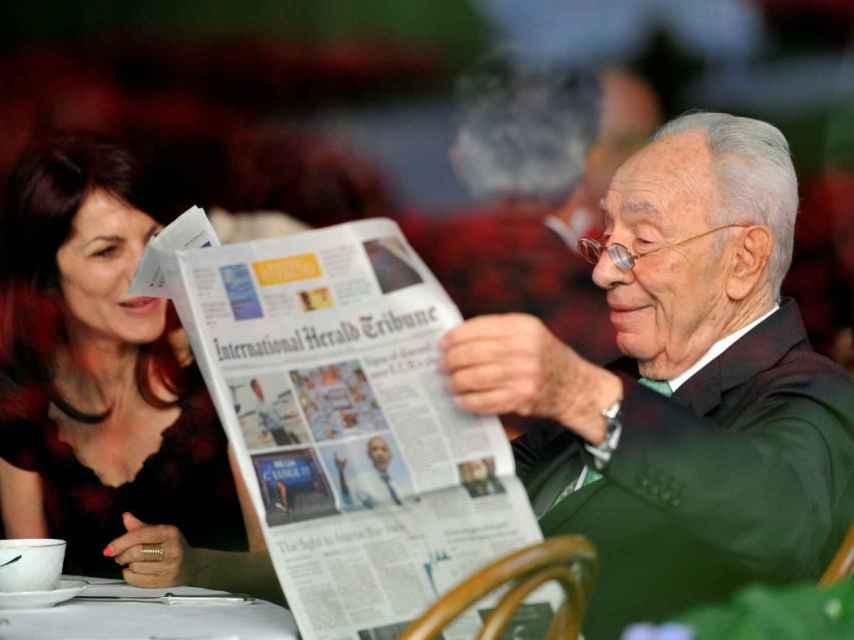 Peres leyendo el periódico en Italia, en una imagen del año 2012.