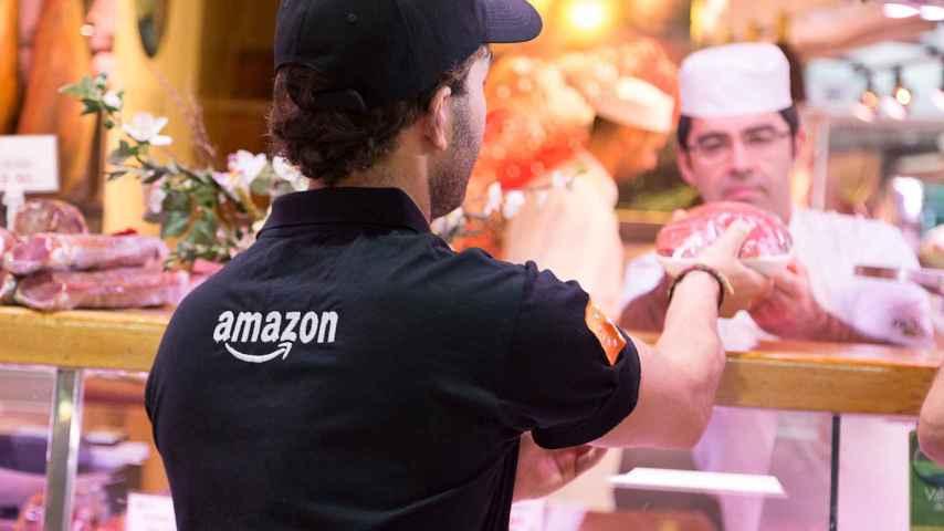 Un repartidor de Amazon recoge un producto en el Mercado de la Paz.