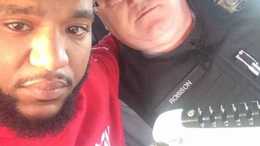 Mark Ross quiso hacerse un selfi con el agente Robison, que le ayudó en un momento muy difícil.