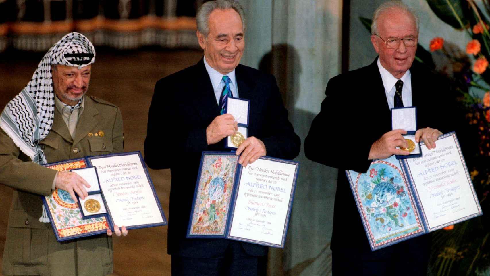 Peres (c.), cuando recogió el Nobel de la Paz junto a Yaser Arafat (i.) e Isaac Rabin (d.).