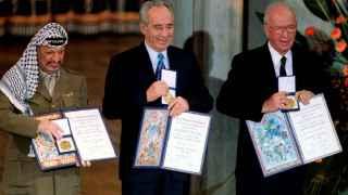 En en el centro de la imagen, Peres, cuando recogió el Nobel de la Paz junto a Yaser Arafat e Isaac Rabin.
