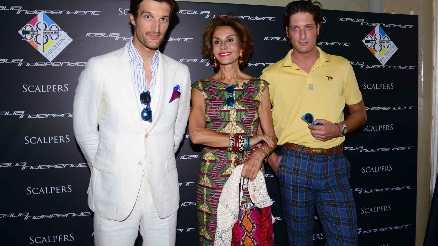 De izquierda a derecha, Rafael Medina, Naty y su otro hijo Luis