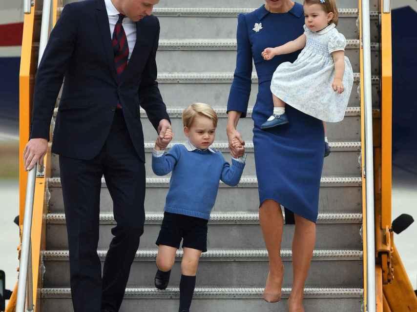 Los duques de Cambridge y sus hijos, a su llegada a Canadá.