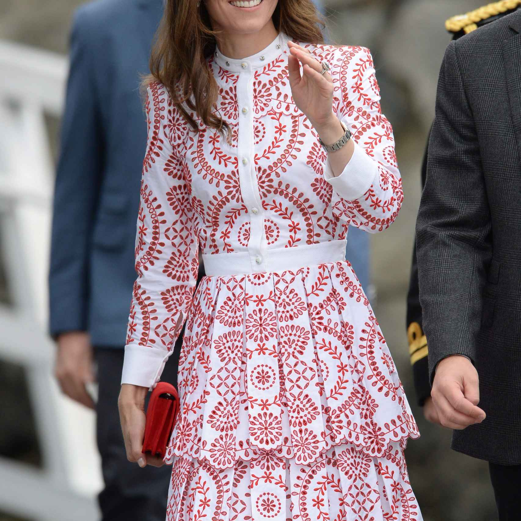 Kate Middleton, con vestido blanco en estampado geométrico rojo.