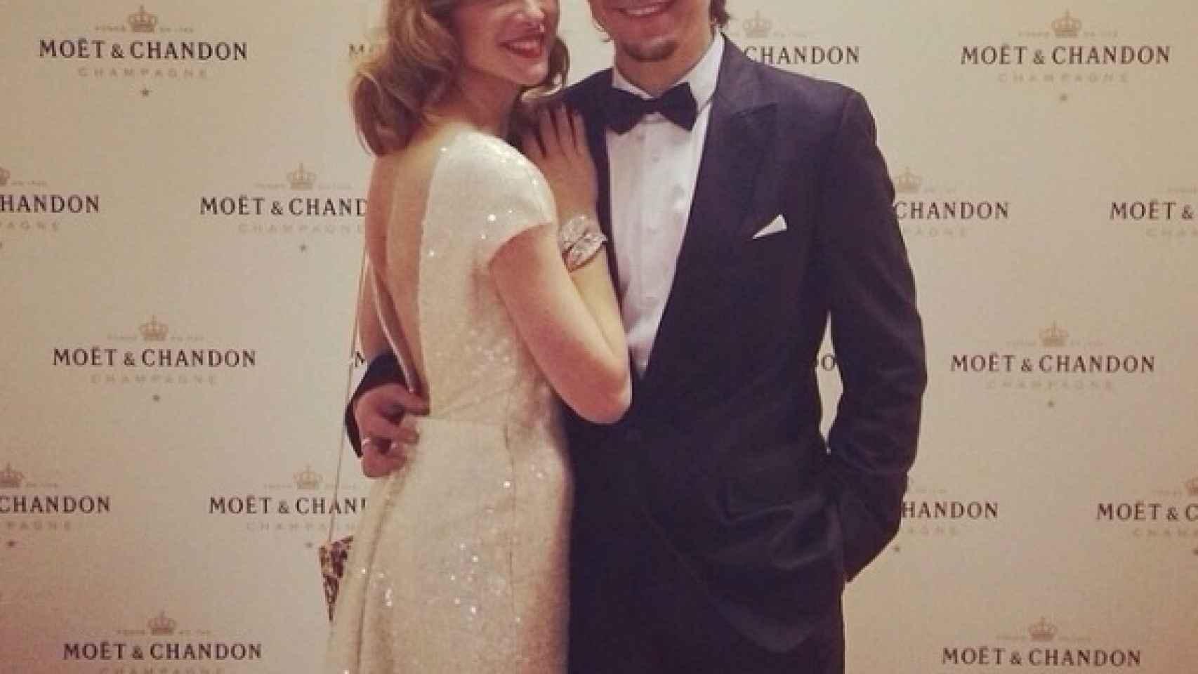 Marta Hazas, de blanco, y Javier Veiga, de traje en los Goya 2015.