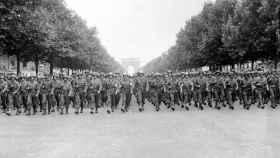 La Nueve desfila en París.