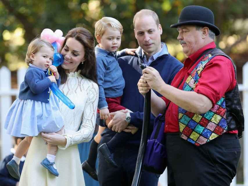 Los duques de Cambridge y sus hijos disfrutan de la fiesta infantil de globos y pompas de jabón.