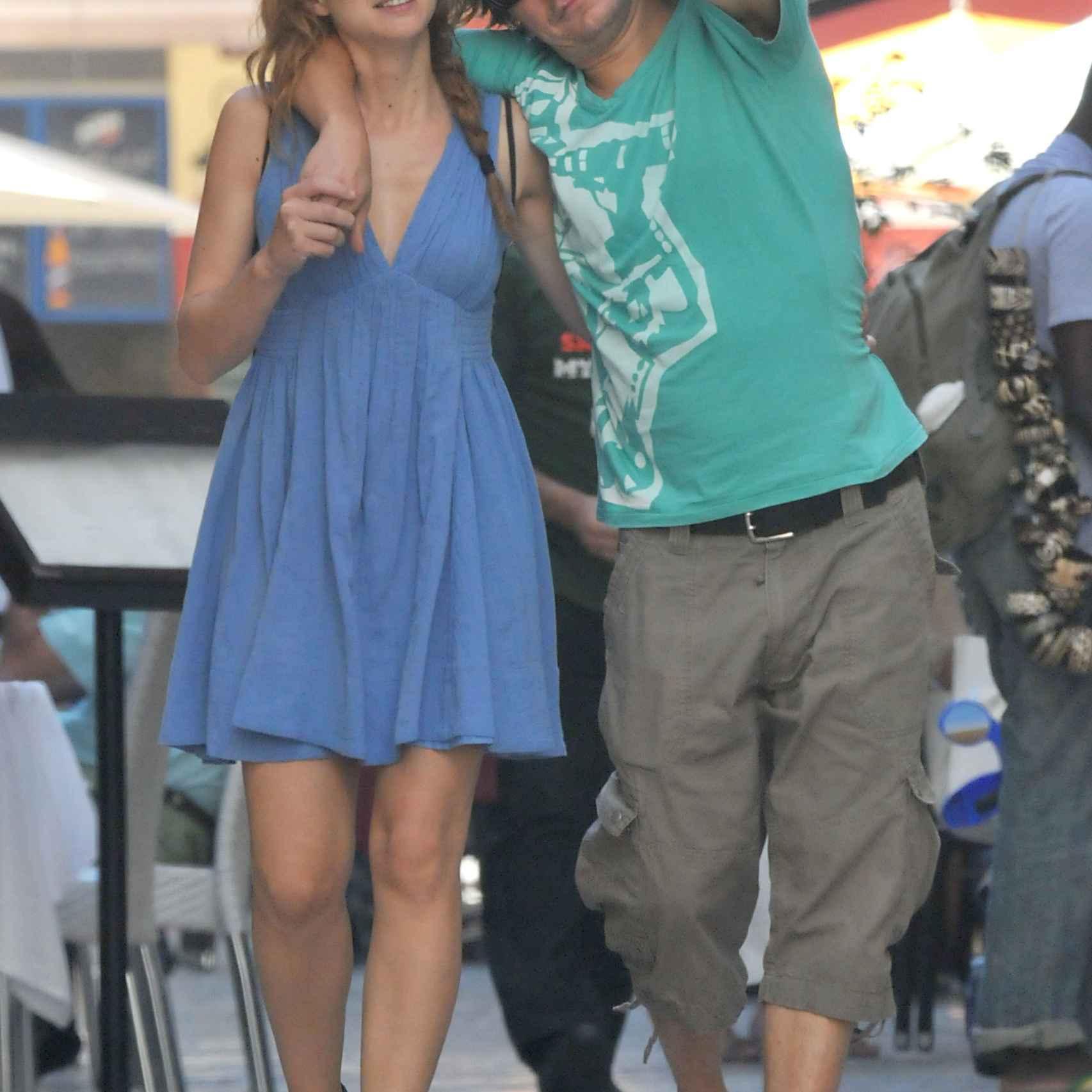 La pareja muy acaramelada por las calles de la ciudad.
