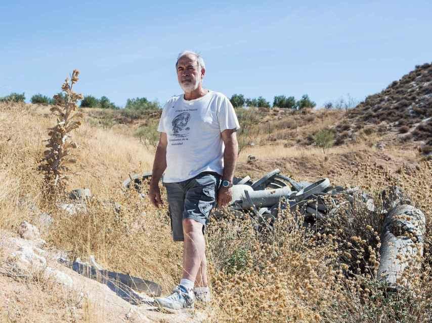 Víctor posa en los terrenos donde se vertió el fibrocemento.