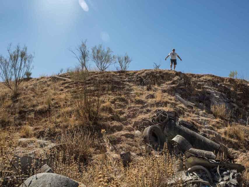 Víctor posa sobre una de los montículos formados por los desechos.