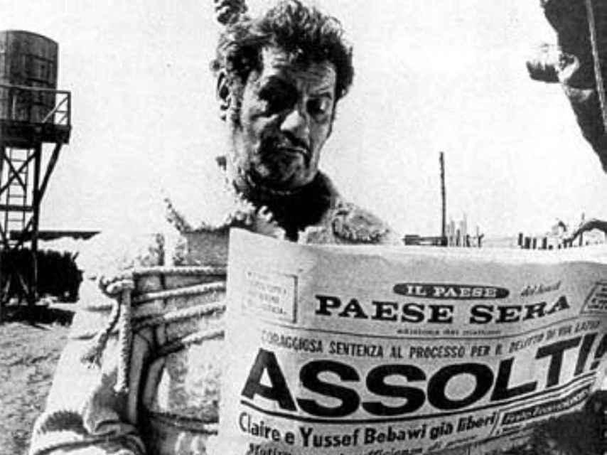 Eli Wallach lee la prensa mientras espera a ser ejecutado en la horca.