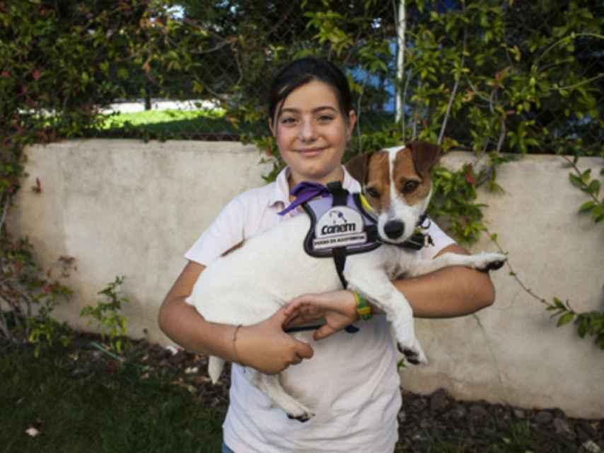Ana sostiene a su perra Lupa, a la que habla en francés.