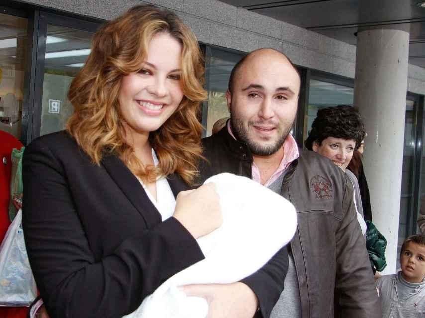Jessica Bueno y Kiko el día que salieron del hospital con su hija Ana recién nacida