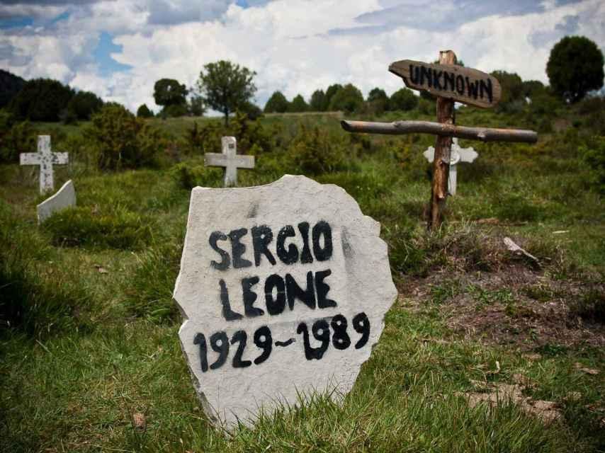 En el cementerio reconstruido de Sad Hill no podía faltar la tumba de Sergio leone