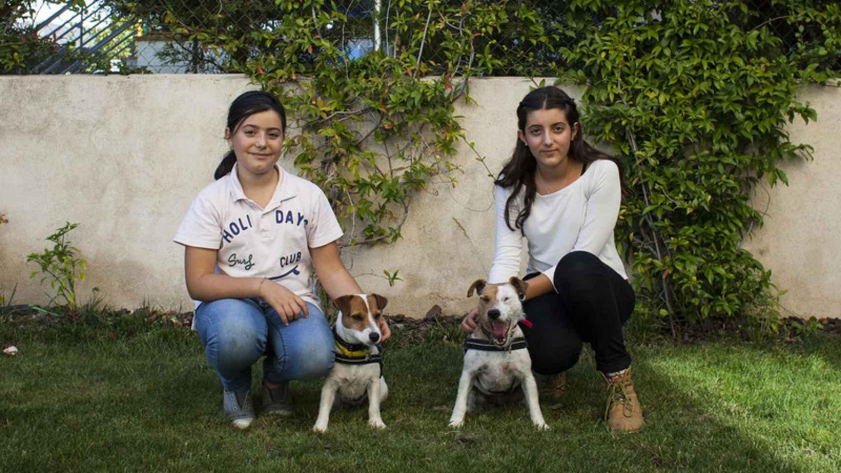 Ana (izquierda) y Eva (derecha) posan junto a Lupa y Moka.