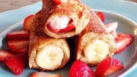 French Toast enrollada de fresas y plátano.