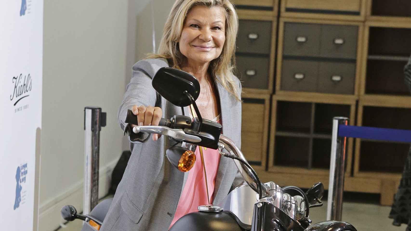 Cari Lapique se atrevió a subir a la moto.