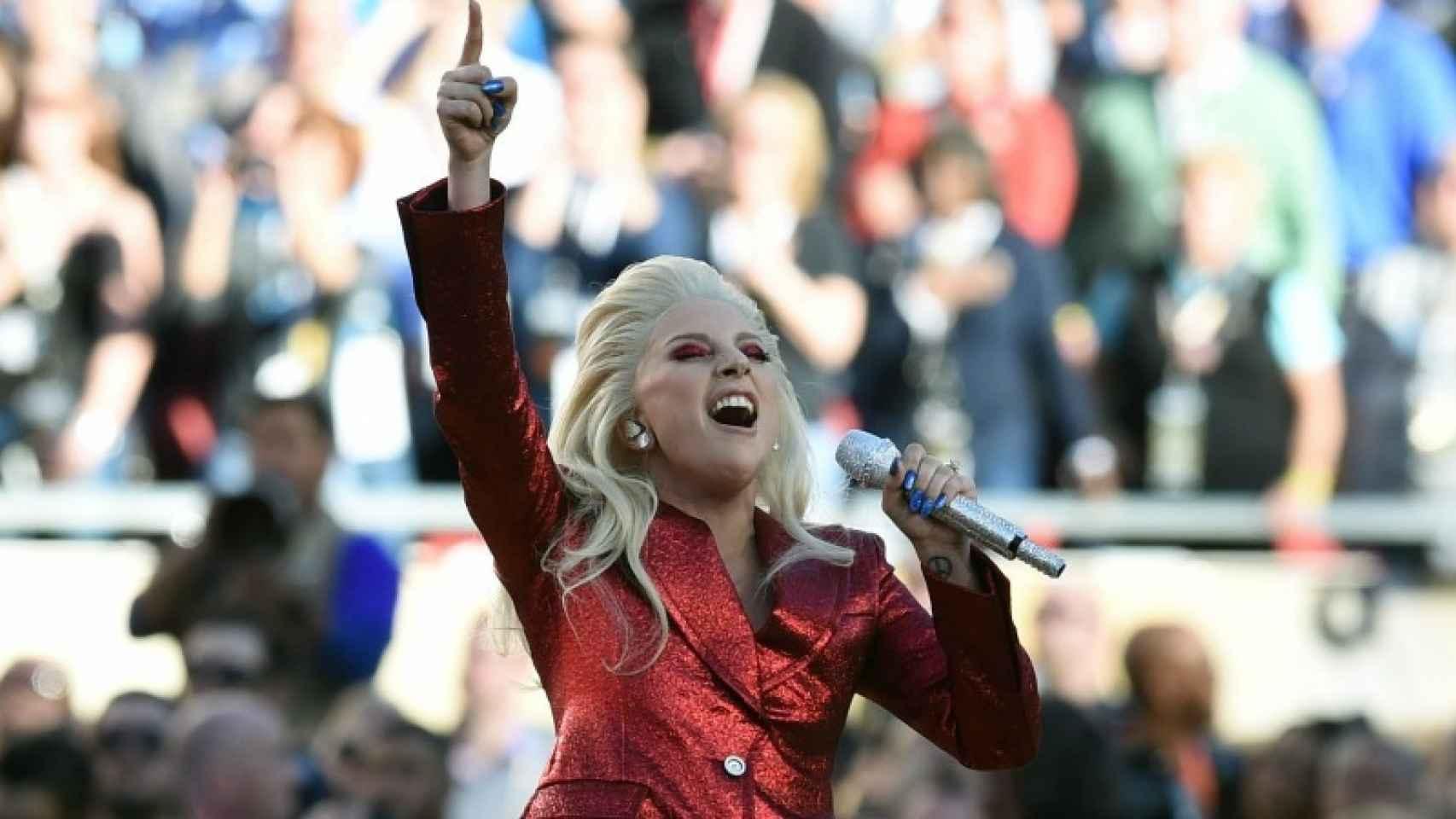 Lady Gaga cantando el himno nacional en la Super Bowl 2016.