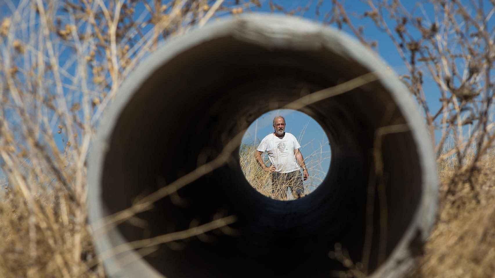 Víctor Villén, visto desde un tubo realizado con amianto.
