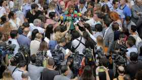 Susana Díaz habla rodeada de informadores.