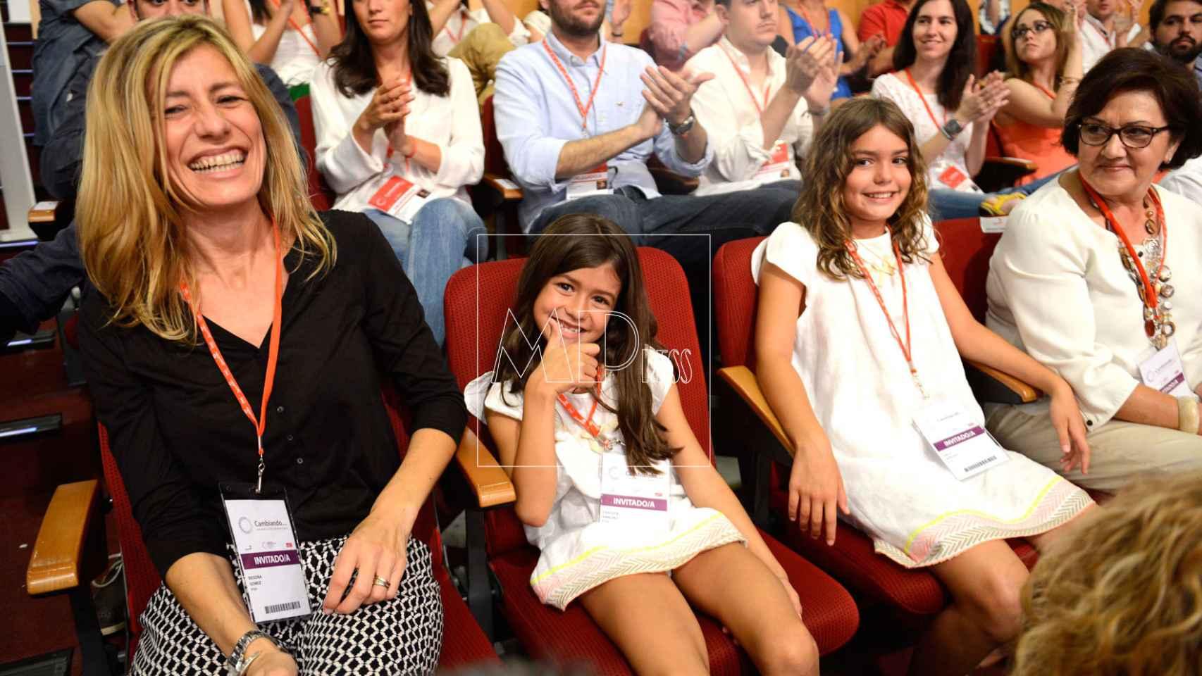 Begoña, esposa de Sánchez (iqda), sus hijas y su madre Magdalena, orgullosa (iqda) durante un mítin